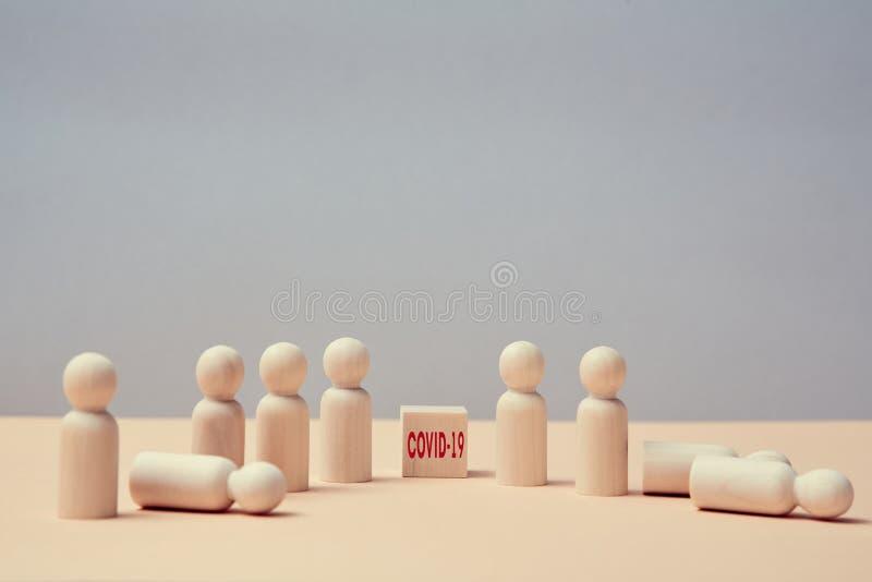 Quarentena pandêmica Coronavírus Infecção por vírus COVID-19 em cubo de madeira Miniaturas de pessoas saudáveis e infectadas fotografia de stock