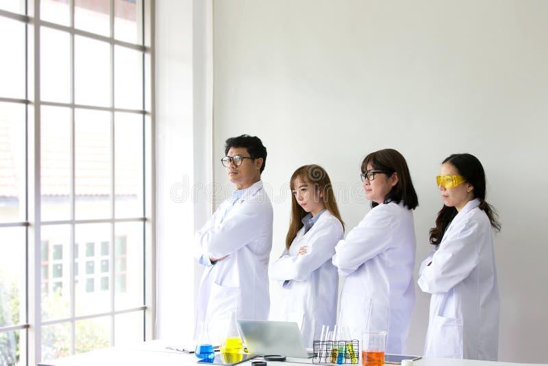Quarity científico dos testes do químico do teste da ciência Team Scientist imagens de stock royalty free