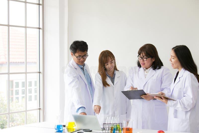 Quarity científico dos testes do químico do teste de Sciene Cientista do grupo fotos de stock