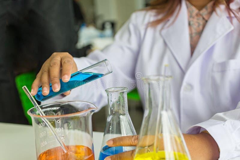 Quarity för kemist för prov för scientificScience för vetenskapsprovkemist vetenskaplig testa Forskare som arbetar på laboratoriu royaltyfri fotografi