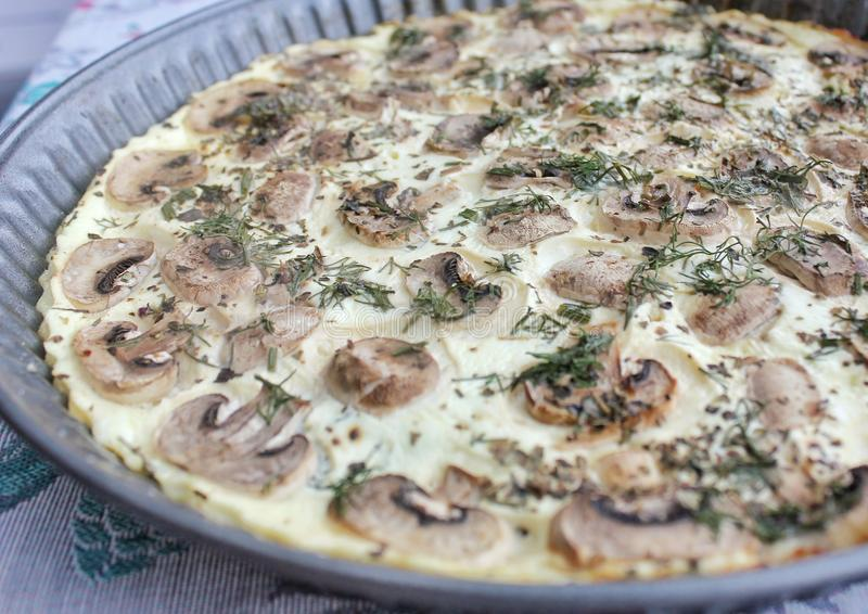 Quarkpizza mit Pilzen und Tomaten, gesundes Lebensmittel stockbilder