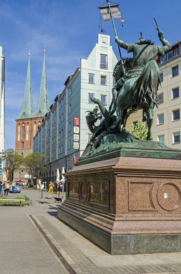Quart de Nikolaiviertel Nicholas avec les maisons historiques et un skulpture de StGeorge à Berlin photo libre de droits