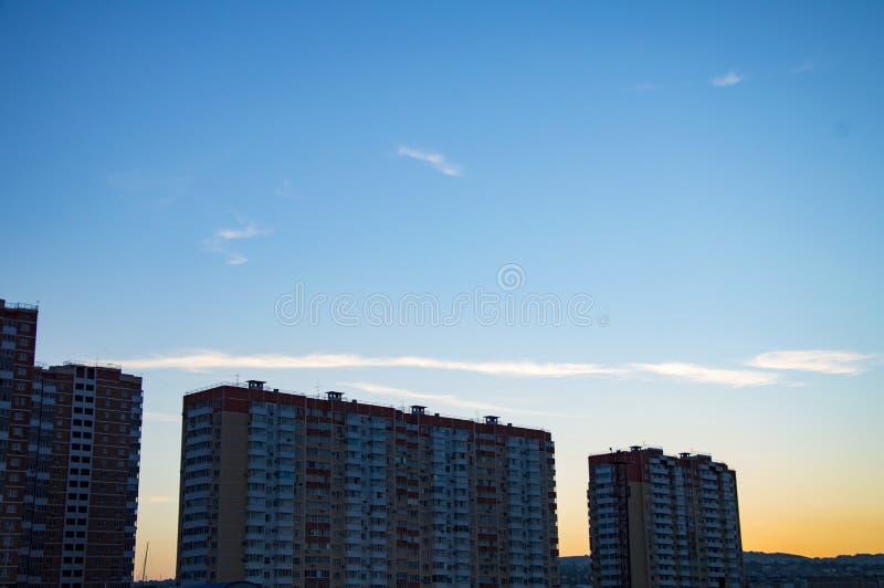 Quart résidentiel sur le fond du ciel de coucher du soleil photographie stock libre de droits