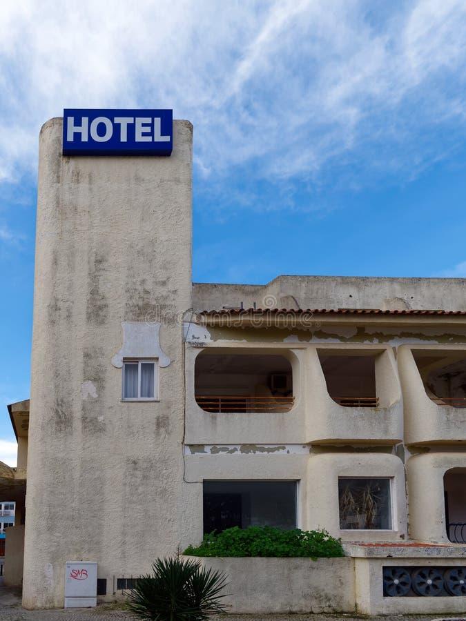 QUARTEIRA, ЮЖНОЕ ALGARVE/PORTUGAL - 7-ОЕ МАРТА: Покинутая гостиница стоковые фото