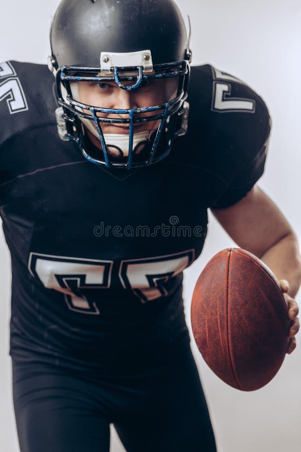Quarterback, der einen Fußball in einem Profifußballspiel wirft lizenzfreie stockfotos