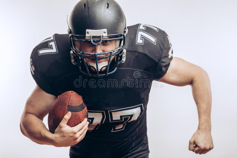 Quarterback, der einen Fußball in einem Profifußballspiel wirft stockbilder