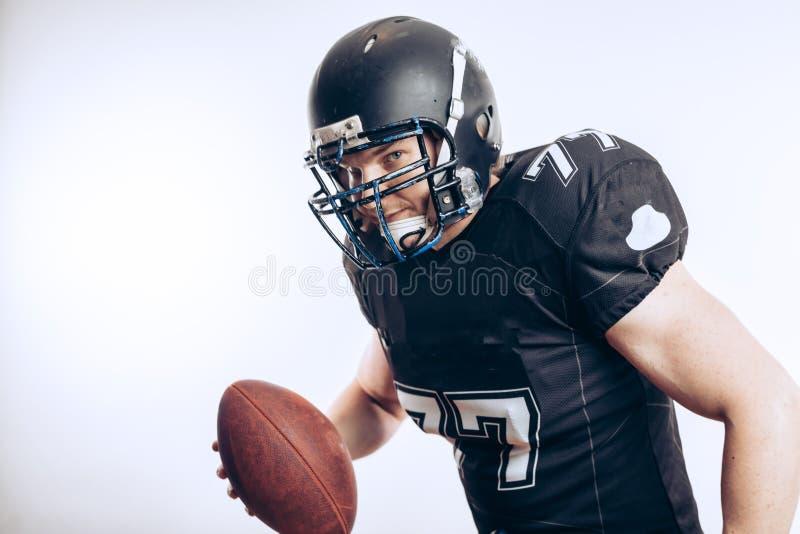 Quarterback, der einen Fußball in einem Profifußballspiel wirft lizenzfreies stockbild