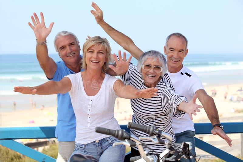 Quarteto feliz no oceanfront fotos de stock