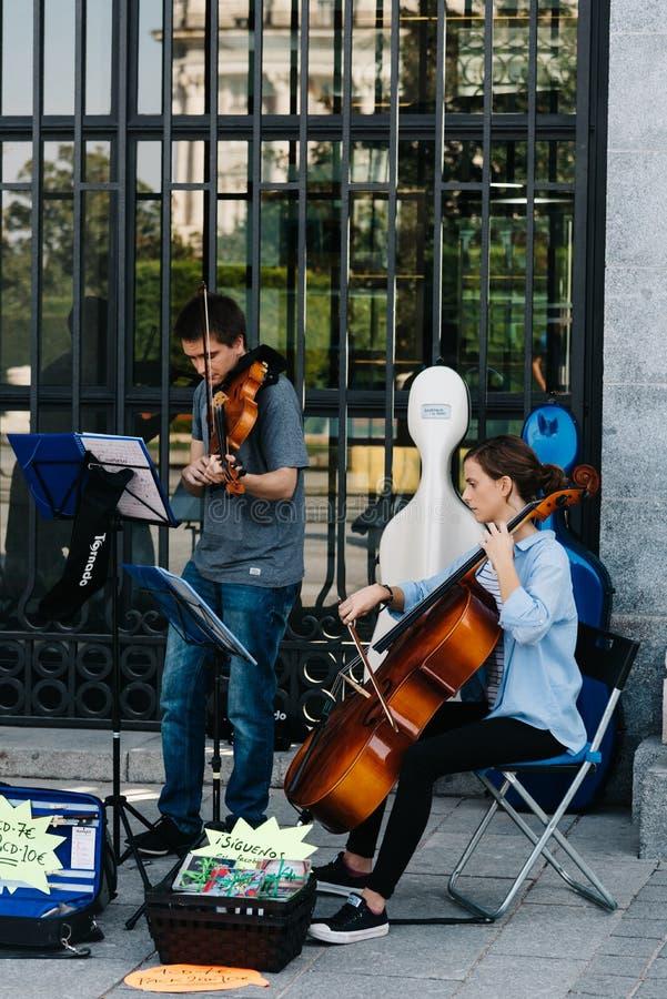 Quarteto musical que joga na entrada do palácio de Opera em Madri fotos de stock