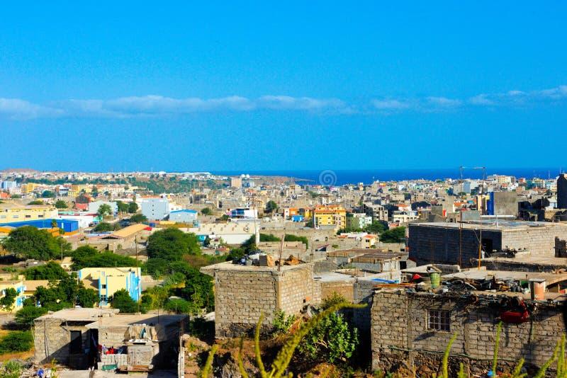 Quartier défavorisé, taudis, baie de ville de Praia, capitale du Cap Vert images libres de droits
