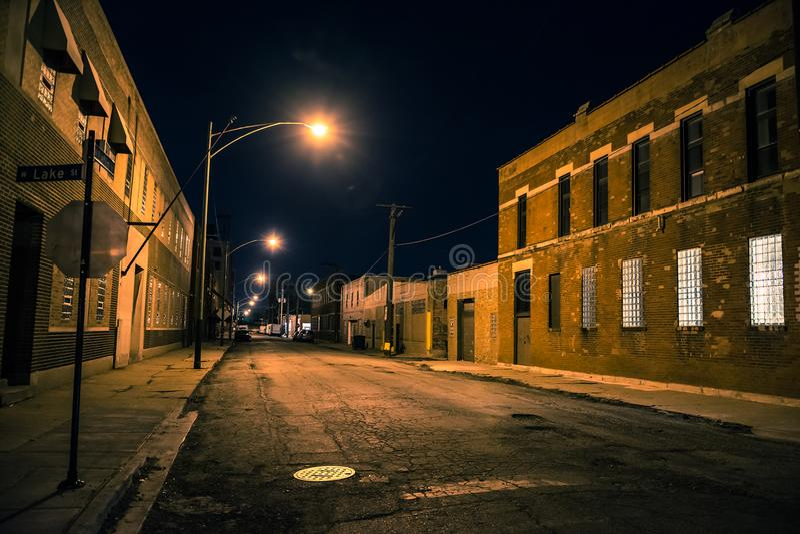Quartier de la ville industriel urbain foncé et effrayant la nuit photos stock