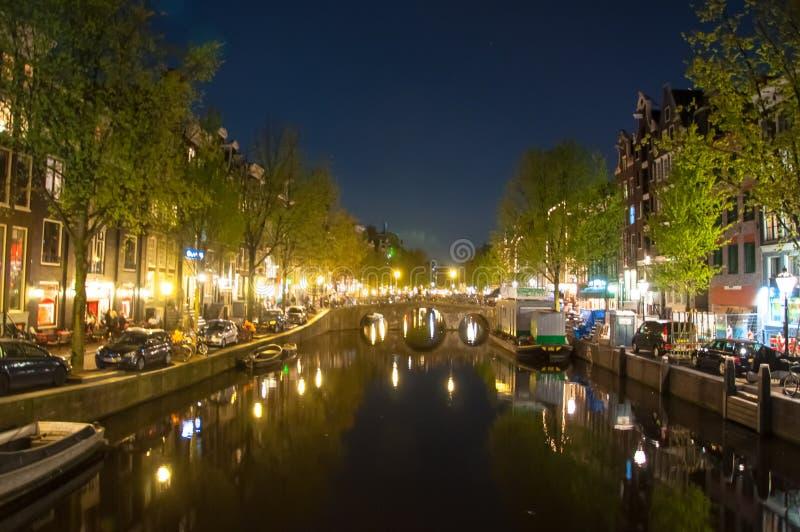 Quartiere a luci rosse anche conosciuto come Wallen alla notte Amsterdam, Paesi Bassi immagine stock