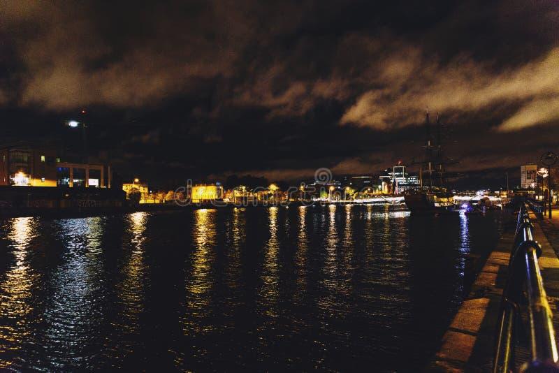 Quartiers des docks du ` s de Dublin sur la rivière Liffey par nuit image libre de droits