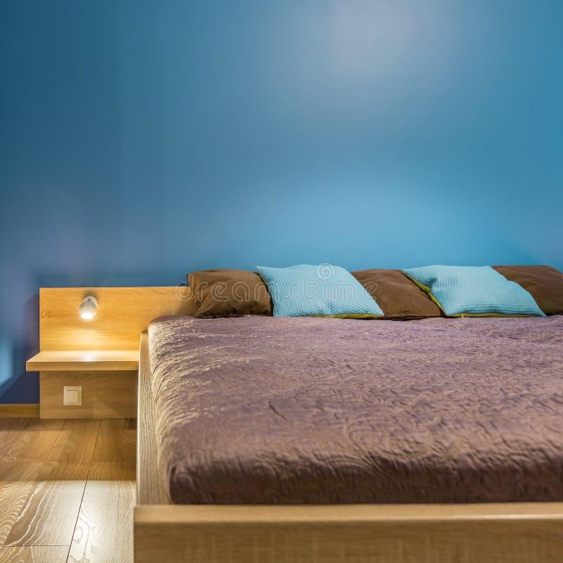 Quarto azul com grande cama imagem de stock royalty free