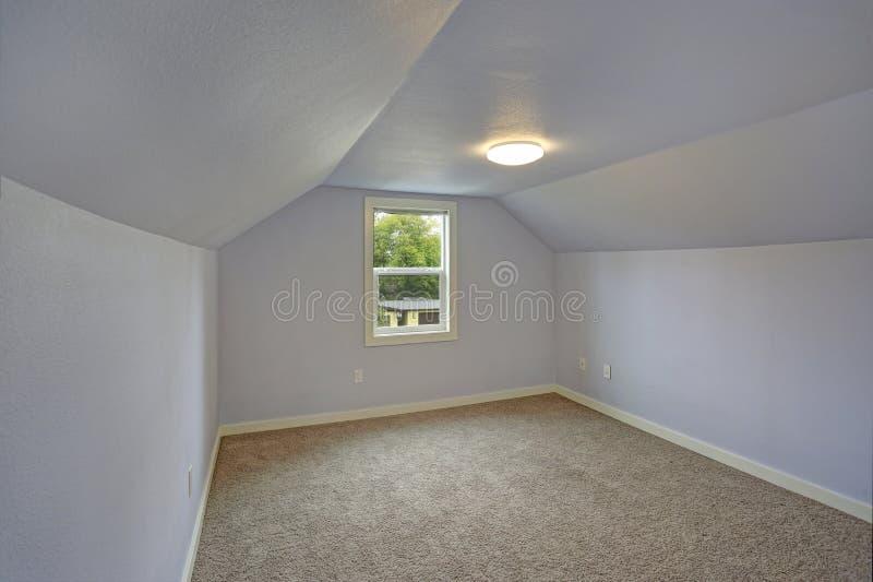 Quarto azul vazio pequeno acentuado com teto arcado foto de stock