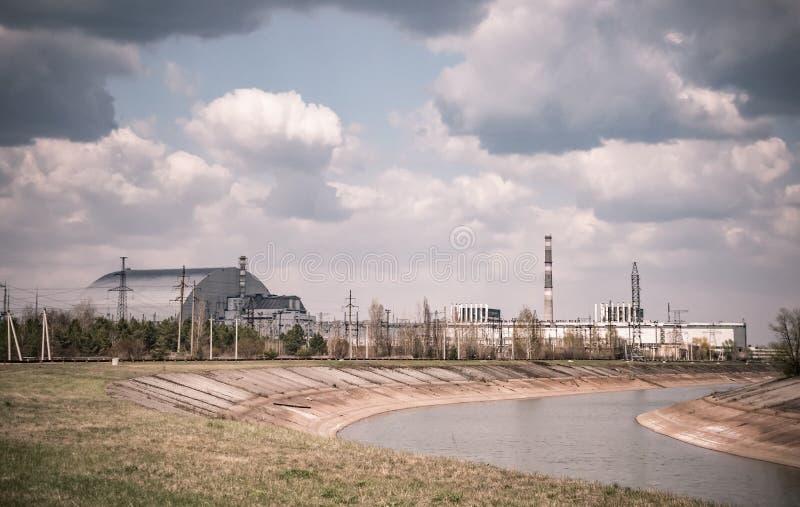 Quarto bloco de central nuclear de Chernobyl com abrigo novo do arco imagens de stock