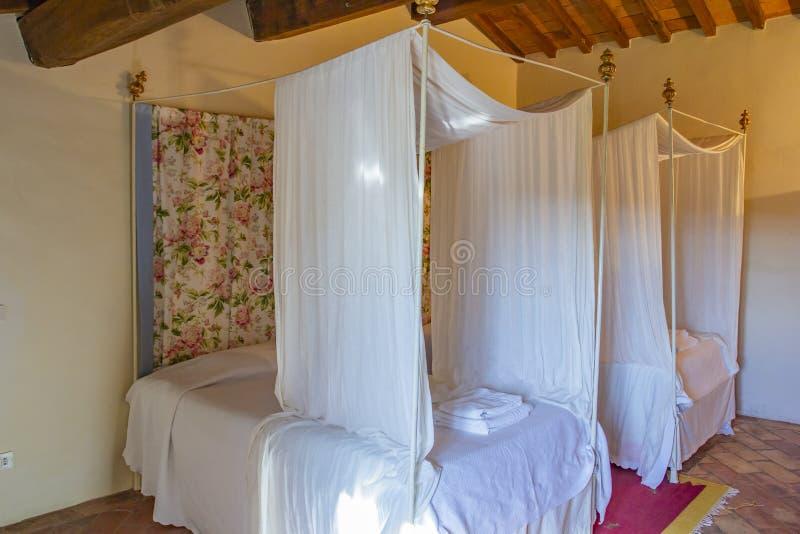 Quarto bonito com a cama de madeira de quatro cartazes foto de stock