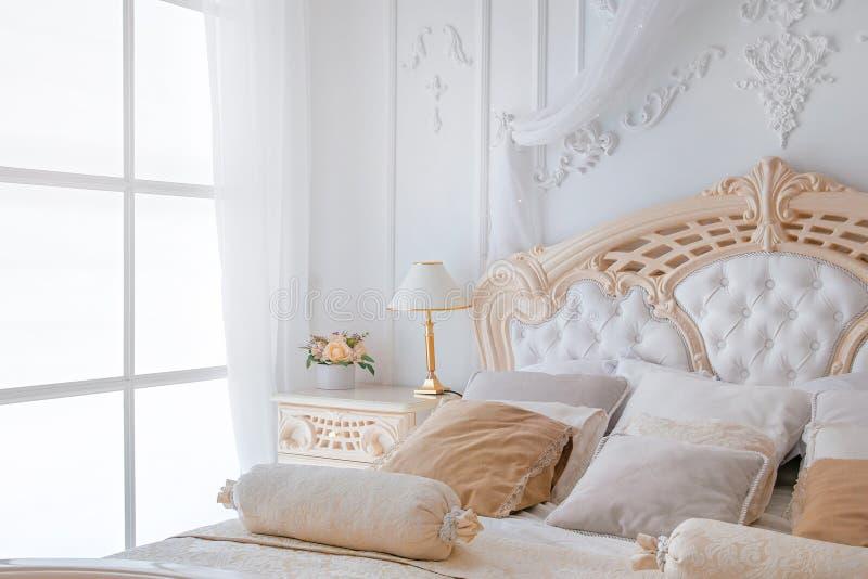 Quarto branco brilhante interior com candeeiro de mesa e janela da noite fotografia de stock royalty free