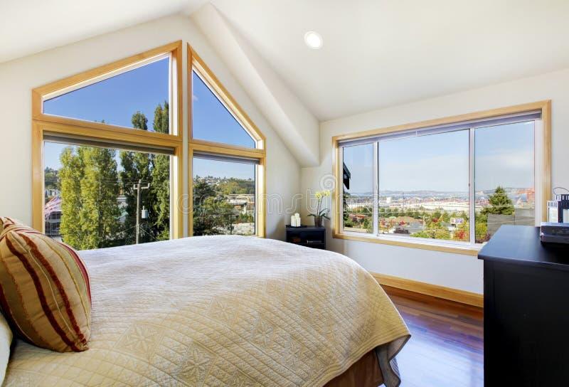 Quarto brilhante e brilhante com teto arcado e vista bonita fotos de stock royalty free