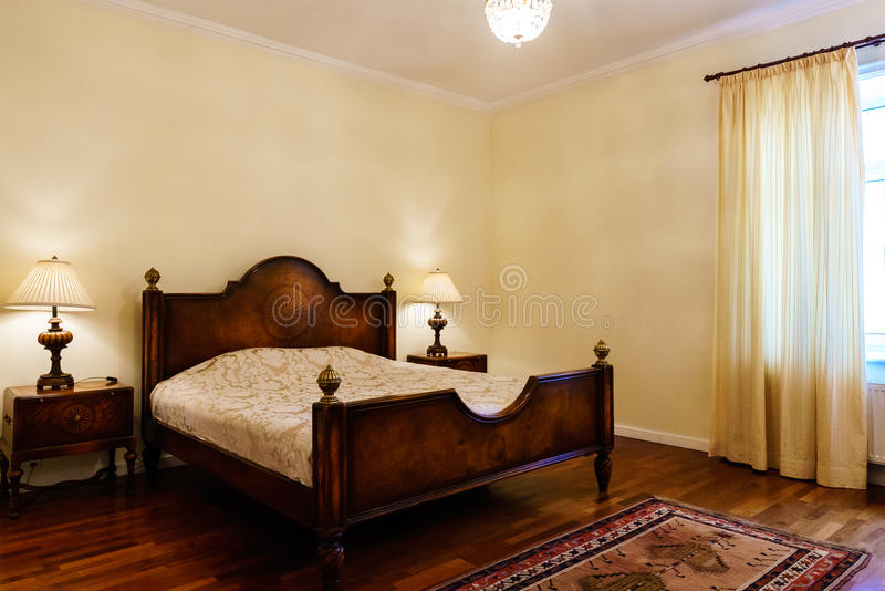 Quarto clássico do estilo no hotel de luxo imagens de stock royalty free