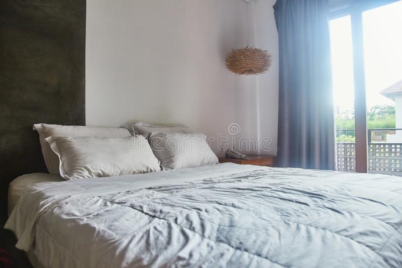Quarto claro vazio com cama branca e descansos na cama fotos de stock