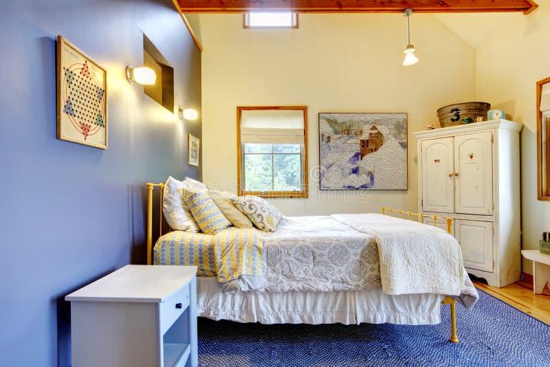 Quarto colorido com a decoração interior azul e fundamento branco fotografia de stock