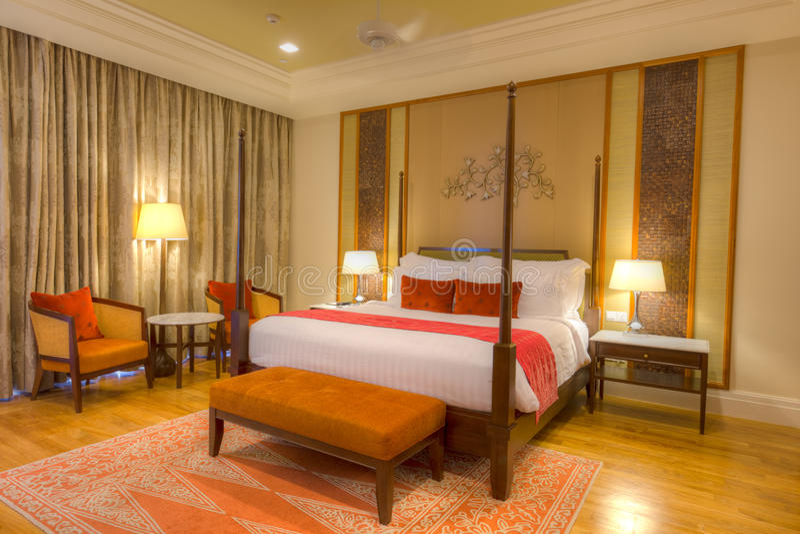 Quarto com a cama de quatro posteres, as lâmpadas e o assoalho de parquet imagens de stock royalty free