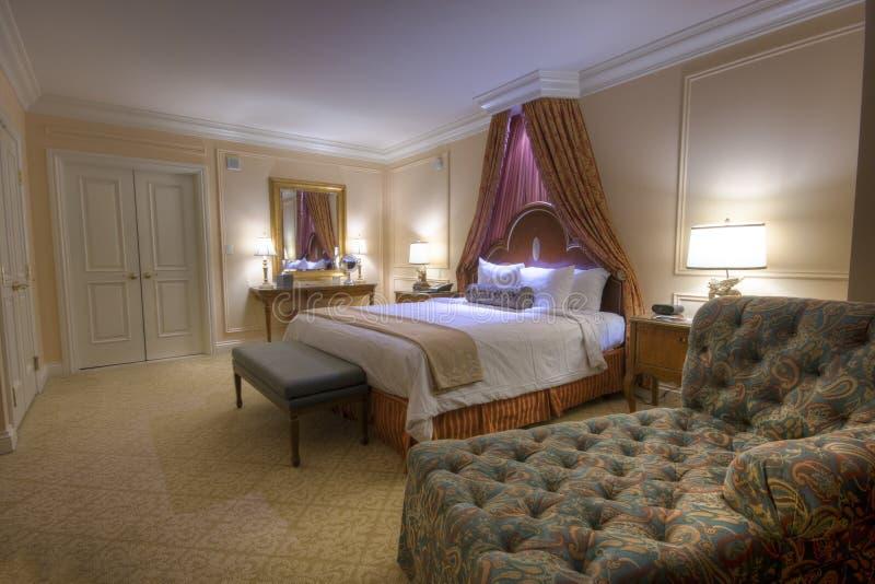 Quarto com a cama enorme do dossel das lâmpadas fotografia de stock royalty free