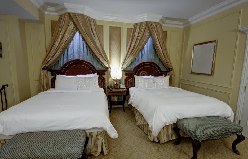 Quarto com camas king sizes do dossel dois fotografia de stock royalty free