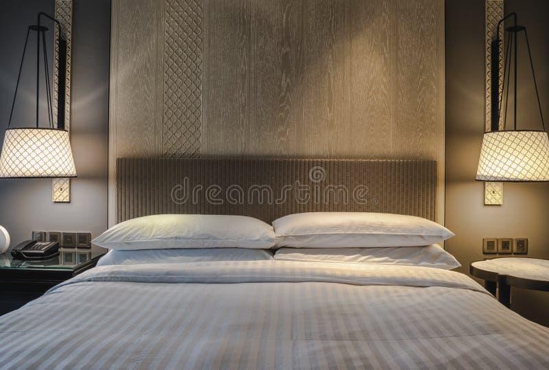 Quarto com a decoração da cama e da lâmpada foto de stock royalty free
