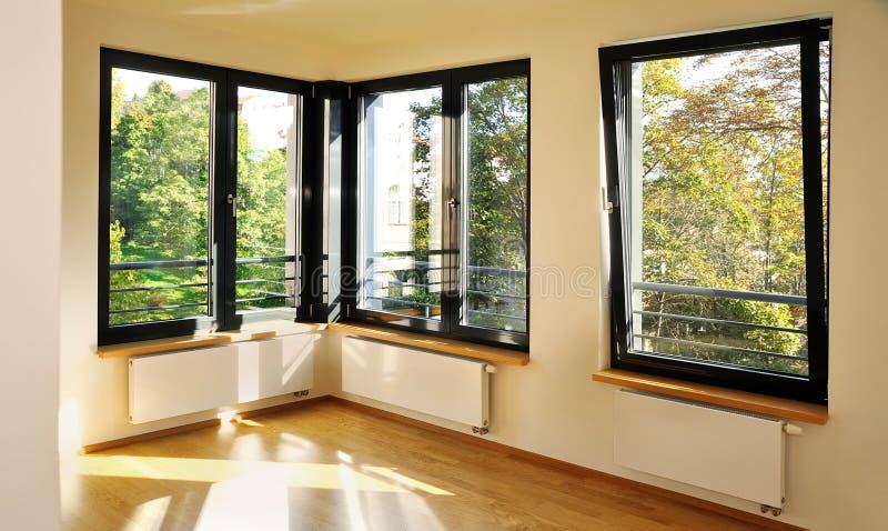 Quarto com janelas de canto fotos de stock royalty free