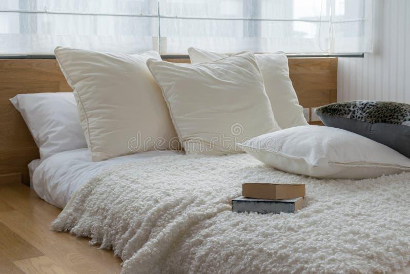 Quarto com os descansos preto e branco na cama foto de stock royalty free