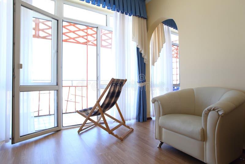 Quarto com sala de estar do chaise uma cadeira foto de stock royalty free