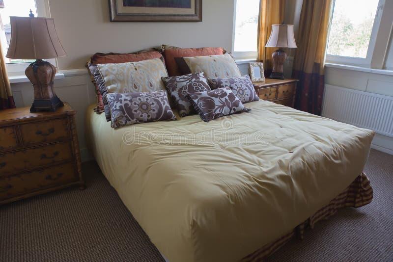 Quarto com uma grande cama imagens de stock royalty free