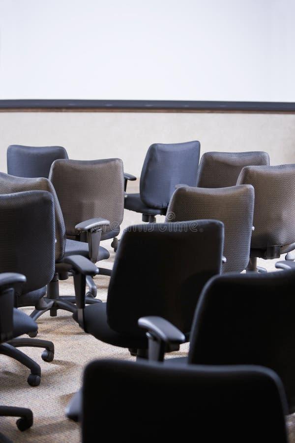 Quarto completamente de cadeiras vazias do escritório fotos de stock royalty free