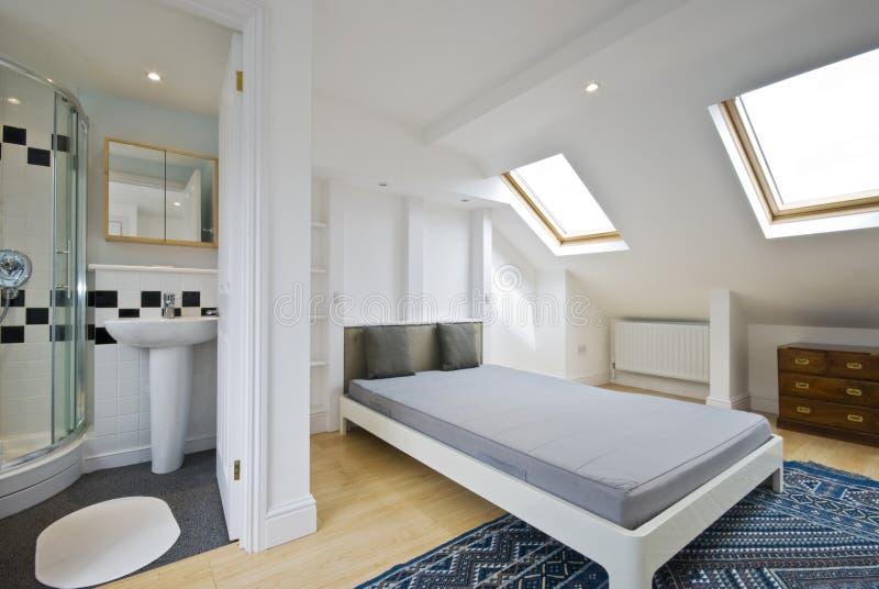 Quarto da cama com o banheiro da série do en fotos de stock