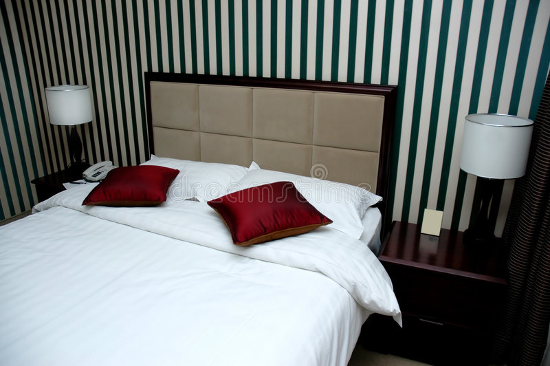Quarto da cama do hotel foto de stock