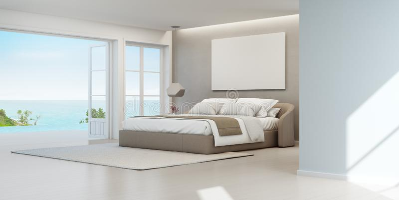 Quarto da opinião do mar da casa de praia luxuosa do verão com cama de casal perto do terraço e da piscina de madeira do assoalho imagem de stock royalty free