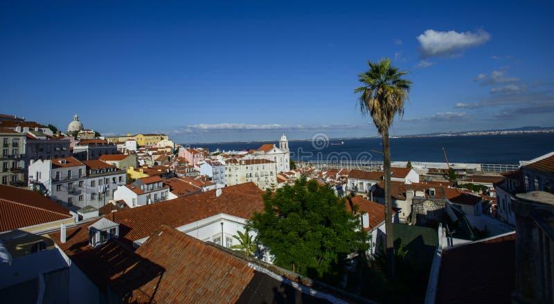 Download Quarto De Alfama Em Lisboa, Portugal Foto de Stock - Imagem de panorama, cena: 107525492
