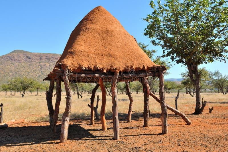 Quarto de armazenamento do alimento de Ovahimba em stilts imagem de stock royalty free