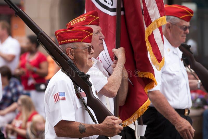 Quarto de Aurora Fox Valley Marines Participating do veterano da parada de julho fotografia de stock