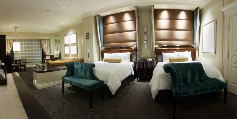 Quarto de duas camas com tabela de cabeceira fotografia de stock