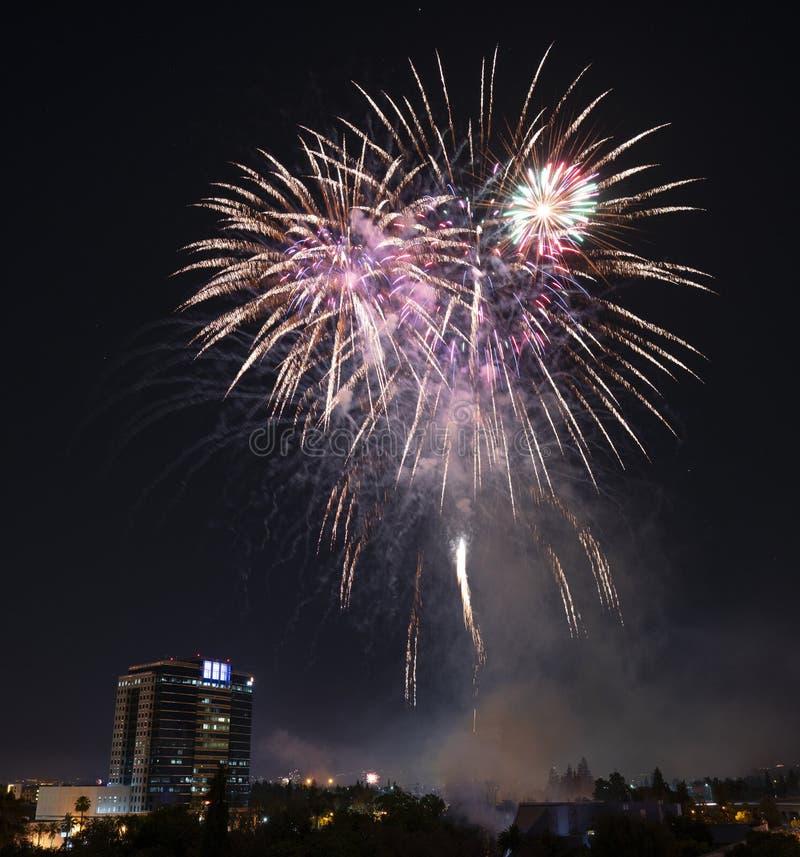 Quarto de fogos-de-artifício da celebração de julho sobre San Jose do centro fotos de stock royalty free