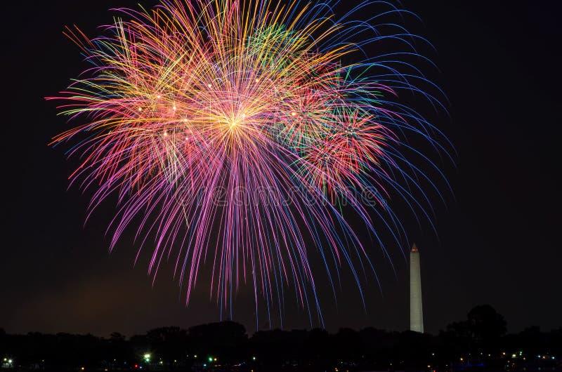 Quarto de fogos de artifício de julho na bacia maré de parque nacional, com Washington Monument em Washington, distrito de Columb imagem de stock royalty free