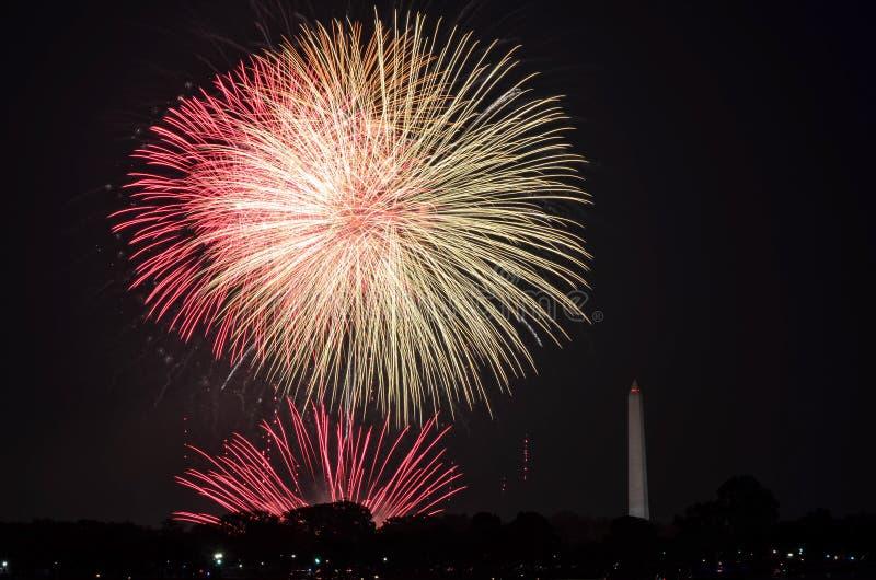 Quarto de fogos de artifício de julho na bacia maré de parque nacional, com Washington Monument em Washington, distrito de Columb foto de stock