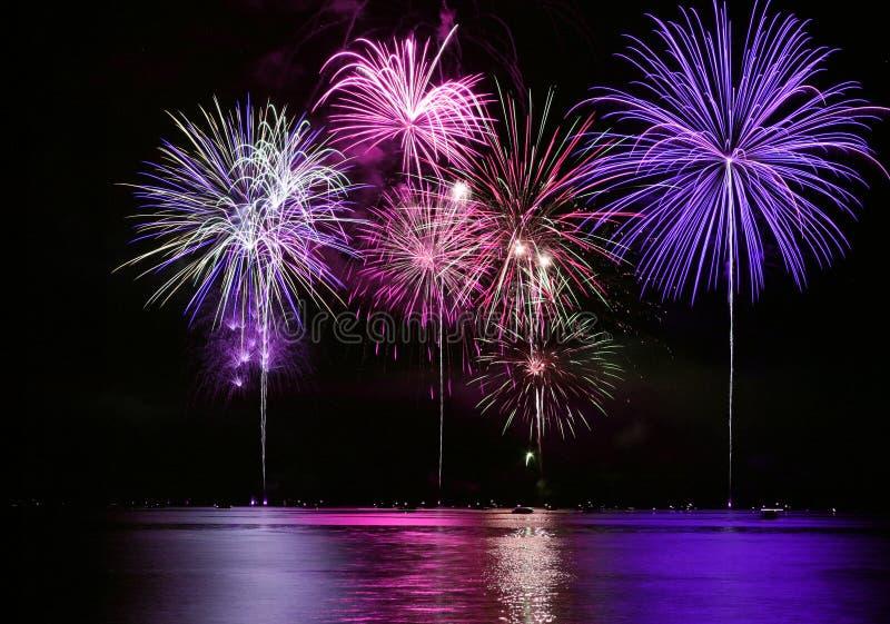 Quarto de fogos-de-artifício de julho sobre o lago fotos de stock