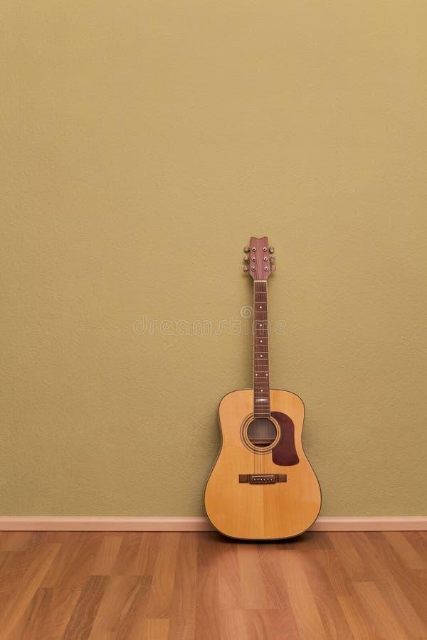 Quarto de Grunge com papel de parede e parquet imagens de stock