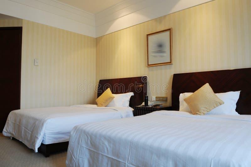 Quarto de hotel com cama enorme fotografia de stock royalty free
