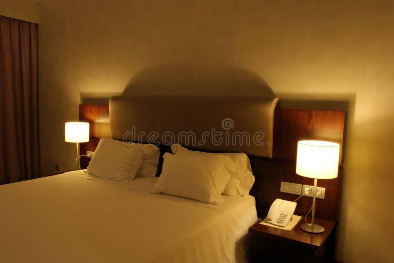 Quarto de hotel com cama enorme foto de stock