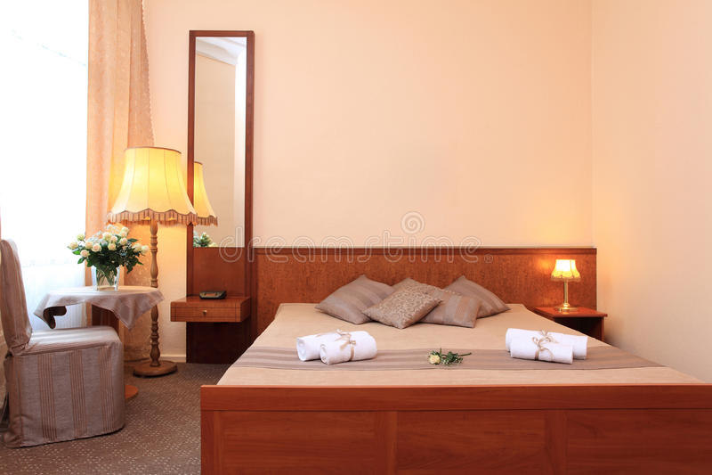 Quarto de hotel típico - de luxe. imagem de stock
